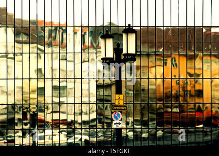Riflessione astratta e specchio di case e traffico del distretto di Berlino Charlottenburg in una facciata a specchio. Immagini Stock