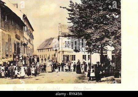 Edifici di Karlovy Vary distretto, ritratti di gruppo con molte persone, 1901, Regione di Karlovy Vary, Lichtenstadt, Obere Gasse, Repubblica Ceca Immagini Stock