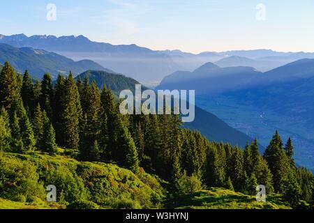 Zillertal con Valle Inn, vista da Hohenstrasse Aurine vicino Kaltenbach, sinistra montagne Rofan, Tirolo, Austria Immagini Stock