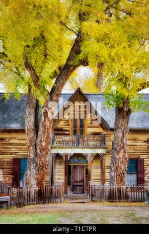 La parte anteriore della vecchia casa storica. Nevada City, Montana Immagini Stock
