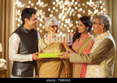 La famiglia felice lo scambio di doni in occasione della festa di Diwali Immagini Stock