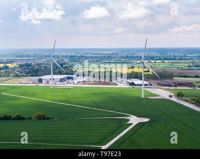 Le turbine eoliche sulla Hartismere parco industriale a occhio, Suffolk, Inghilterra. In precedenza il WWII aviosuperficie dell'occhio. Immagini Stock