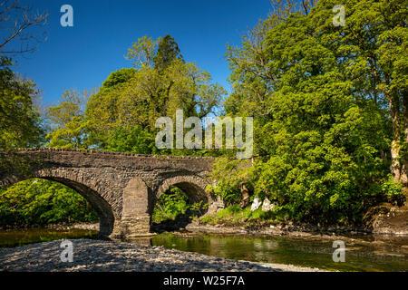 Regno Unito, Cumbria, York, Millthrop. Il vecchio ponte di pietra sul fiume Rawthey Immagini Stock