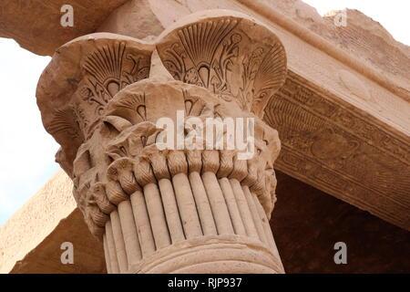 Una fotografia scattata di Philae, un'isola nel serbatoio della bassa di Aswan Dam, Egitto. Philae era inizialmente situato vicino agli estesi Prima Cataratta del Nilo in Alto Egitto e fu sede di un tempio egizio complesso. Complesso del tempio è stato smantellato e spostato alla vicina isola di Agilkia come parte dell'UNESCO Nubia il progetto della campagna, la protezione di questo e di altri composti prima del 1970 il completamento della diga di Assuan. Il più antico era un tempio di Iside, costruito sotto il regno di Nectanebo I durante 380-362 BC, altre rovine data dal regno di Tolomeo (282-145 a.C.), con molte tracce di Immagini Stock