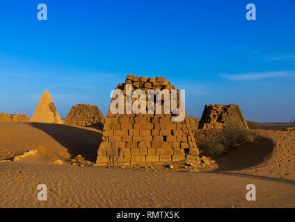 Piramidi e tombe nel cimitero reale di Bajrawiya, Stato settentrionale, Meroe, Sudan Immagini Stock