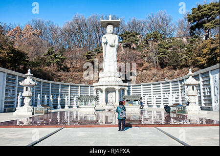 Seoul, Corea del Sud. Tempio Bongeunsa. Maitreya gigantesca statua del Buddha. Immagini Stock