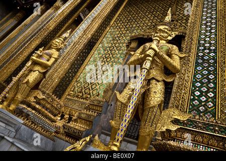 Thailandia, Bangkok, Grand Palace e il Wat Phra Kaeo, Phra Mondop tempio, Golden Statue custode Immagini Stock
