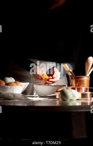 Donna che fa una torta Immagini Stock