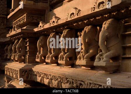 Gli elefanti scultura lakshmana temple, Khajuraho, Madhya Pradesh, India, Asia Immagini Stock