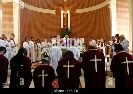 Santa Messa in San Tommaso la Chiesa Caldea, Sarcelles, Val d'Oise, Francia, Europa Immagini Stock