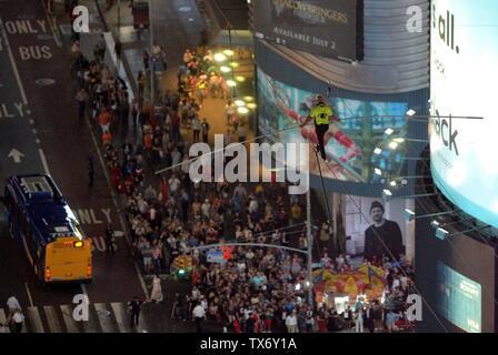 New York, NY, STATI UNITI D'AMERICA. Il 23 giugno, 2019. Nik Wallenda ad una apparizione pubblica per Wallenda Highwire Live Times Square, New York, NY Giugno 23, 2019. Credito: Kristin Callahan/Everett raccolta/Alamy Live News Immagini Stock