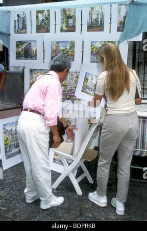 Dipinti di artisti locali di Buenos Aires, la bella capitale argentina sono popolari negozio di souvenir per i turisti Immagini Stock