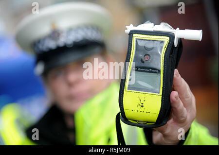 Etilometro, Breathalyzer, Polizia usando un etilometro Polizia, tenendo un etilometro, lato strada test del respiro, REGNO UNITO Immagini Stock