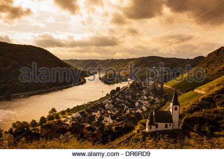 Villaggio a riverbank, Mosel, Mosella, Hatzenport, Mayen-Koblenz, Renania-Palatinato, Germania Immagini Stock