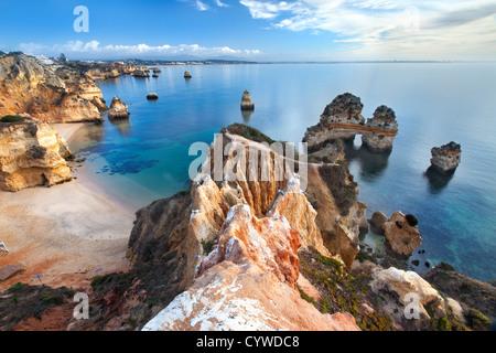 Costa dell'Algarve vicino a Lagos, Portogallo. Immagini Stock