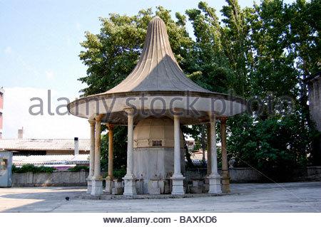 La struttura davanti ad una moschea di Istanbul in Turchia Immagini Stock