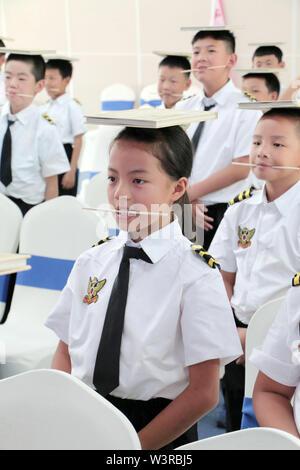 (190717) -- KUNMING, luglio 17, 2019 (Xinhua) -- Gli studenti frequentano un galateo lezione durante un aviation-tema summer camp per la scuola elementare e media gli studenti di Kunming, a sud-ovest della Cina di Provincia di Yunnan, 17 luglio 2019. (Xinhua/Qin Qing) Immagini Stock