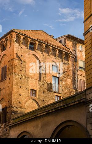 Basso angolo di visione di un edificio storico, Siena, in provincia di Siena, Toscana, Italia Immagini Stock
