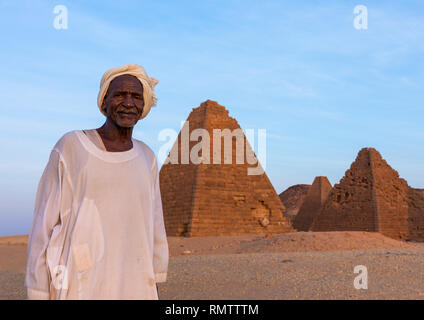 Il vecchio uomo sudanese di fronte al meroitic piramidi di Gebel Barkal, Stato settentrionale, Karima, Sudan Immagini Stock