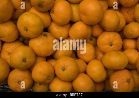 Molti piccoli mature succosa di mandarini nella casella . Sfondo Immagini Stock