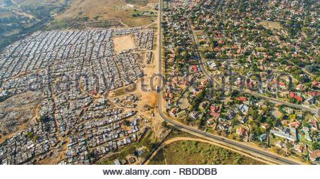 Kya Sands / Bloubosrand. Incredibili immagini aeree hanno catturato il contrasto e la disuguaglianza in cui ricca incontra poveri di tutto il mondo. La spettacolare vista panoramica foto mostrano il paesaggio come un affluente zona dà modo su uno in cui le persone possono essere affetti da povertà. La scatti sorprendenti mostrano questa crossover di ricchi e poveri tutto il Sud Africa, Kenia, Messico e anche gli Stati Uniti. Le straordinarie fotografie forma di africanDRONE fondatore e fotografo Johnny Miller (37) disparità di progetto Scenes. Johnny Miller / mediadrumimages.com Immagini Stock
