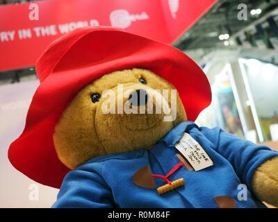 Excel, London, Regno Unito. 5 novembre 2018. Giant Paddington bear sul Perù stand al World Travel Market, Excel, London, oggi (Mon) Credito: Finnbarr Webster/Alamy Live News Immagini Stock