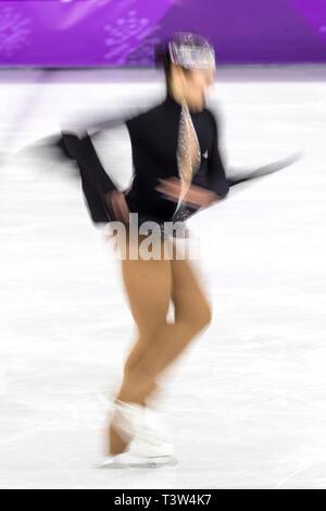 La sfocatura di movimento di azione Aiza Imambek (KAZ) competere nel pattinaggio di figura - Ladies' breve presso i Giochi Olimpici Invernali PyeongChang 2018 Immagini Stock