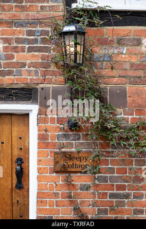 Periodo di mattoni rossi in cottage Turville villaggio in Chilterns. Buckinghamshire, Inghilterra Immagini Stock