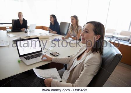 Attento architetto femmina con blueprint ascolto in sala conferenza incontro Immagini Stock