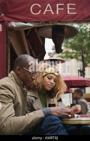 Giovane, bere, all'aperto, cafe, Parigi, Francia, Immagini Stock