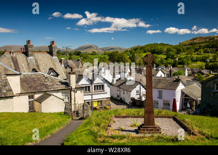 Regno Unito, Cumbria, Hawkshead, vista in elevazione del villaggio da Celtic Cross WW2 Memoriale di guerra in St Michaels sagrato della chiesa parrocchiale Immagini Stock