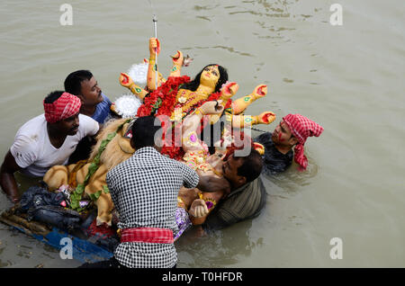 Immersione di durga idolo, Fiume Hooghly, Calcutta, West Bengal, India, Asia Immagini Stock