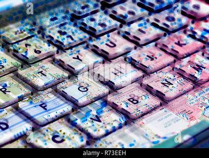 Esposizione multipla di computer portatile che mostra la tastiera e la scheda di circuito al di sotto di Immagini Stock