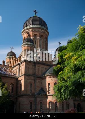 La torre a forma di cupola di chernivtsi National University in chernivtsi ucraina con alberi autunnali Immagini Stock
