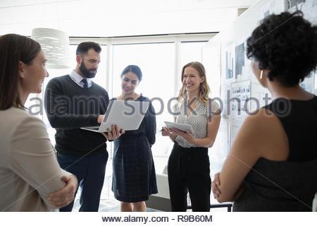 Gli architetti con laptop e tablet digitale riunione in ufficio Immagini Stock