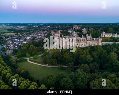 Foto aerea del Castello di Arundel e città nel crepuscolo prima dell'alba. Girato in estate 2018 Immagini Stock