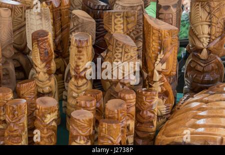 Kapaa Kauai Hawaii il mercato delle pulci con Hawaiian sculture in legno per la vendita Immagini Stock