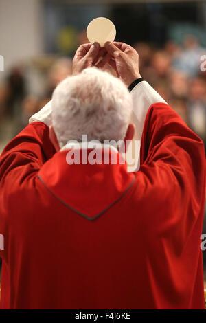 Celebrazione eucaristica in una chiesa cattolica romana, La Roche sur Foron, Alta Savoia, Francia, Europa Immagini Stock