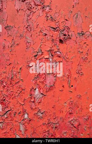 Il vecchio dipinto di rosso porta in legno con peeling texture di vernice Immagini Stock
