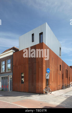 In acciaio Corten-placcati elevazione visto da Lammermarkt. Gebr de Nobel, Leiden, Paesi Bassi. Architetto: Ettore Hoogstad Architecten, 2014. Immagini Stock