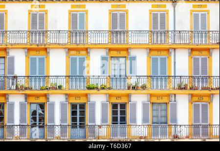 Spagna, Paesi Baschi, San Sebastian (Donostia), Plaza de la Constitucion, close up dei tipici balconi Immagini Stock