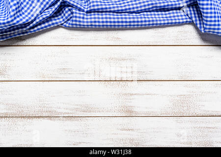 Un controllato gingham tovaglia da picnic sul vecchio tavolo in legno vista superiore Immagini Stock