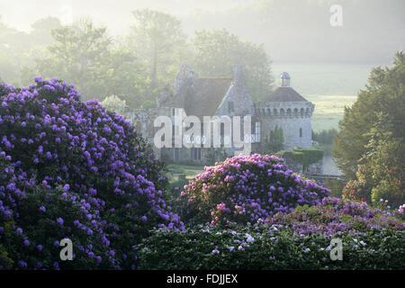 Le rovine del trecento moated Scotney Castle, Lamberhurst, Kent, immerso in splendidi giardini. Immagini Stock