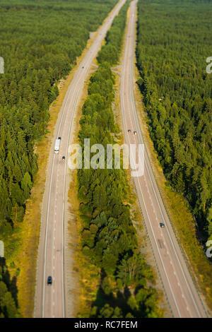 Vista aerea del paese strada attraverso la foresta Immagini Stock
