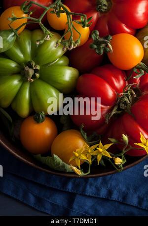 Estate freschi pomodori nel recipiente di metallo Immagini Stock