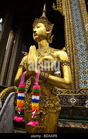 Thailandia, Bangkok, Grand Palace e il Wat Phra Kaeo, ginaree figura (metà umana e metà cervi). Immagini Stock