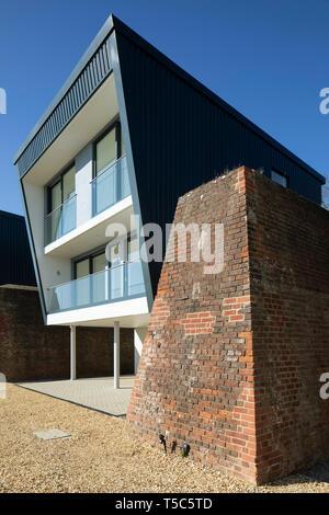 Vista in dettaglio della casa di mattoni e parete blast. Priddys Hard, Gosport, Regno Unito. Architetto: John Pardey architetti, 2019. Immagini Stock