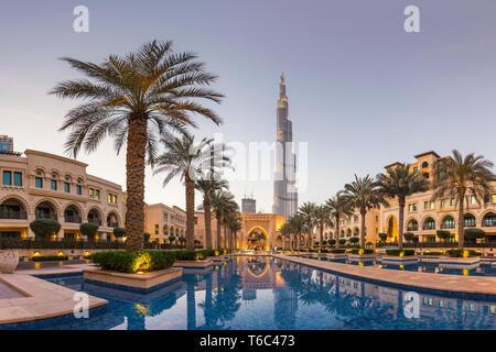 I UAE Dubai Burj Khalifa da Dubai Mall Gardens Immagini Stock