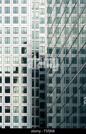 La fotografia astratta dei grattacieli riflessi in un alto edificio. Immagini Stock