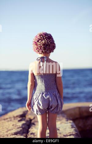 La ragazza di swimcap guardando la spiaggia Immagini Stock